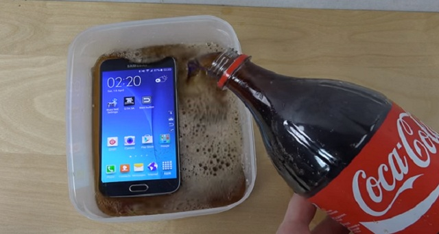 He Soaked His New Samsung S6 in a Vessel Filled With Coca Cola - You Will Not Believe What Happened After 1 Minute!